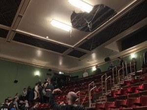 """Рухна част от тавана на лондонски театър """"Пикадили"""" по време на представление"""