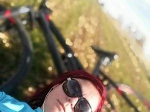 Певицата София Георгиева се потроши с велосипед, обмисля да съди Община Перник