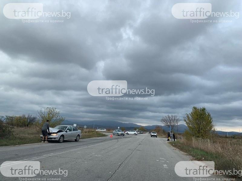 Кола изхвърча в канавка край пътя Пловдив-Хисаря
