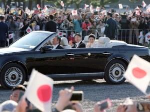 Десетки хиляди японци приветстваха новия си император