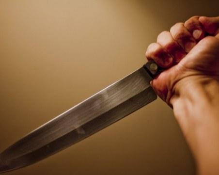 Мъж намушка жена с кухненски нож в Плевенско