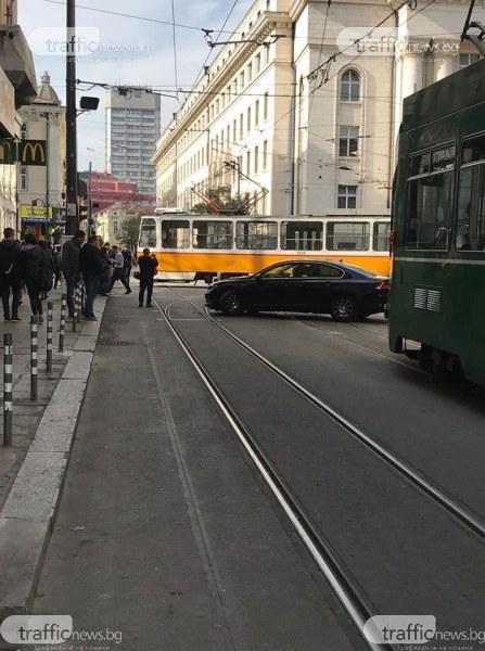 Трамвай излезе от релсите, блъсна жена