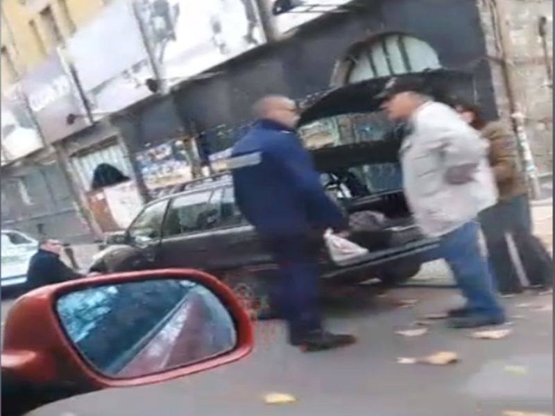 Полицаи за пример! Смениха спуканата гума на възрастен шофьор