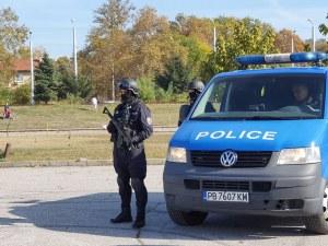 Полиция блокира квартал в Бургас, 8 души са арестувани