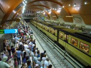 Любов от пръв поглед в метрото: Млад мъж търси момичето, с което си помаха