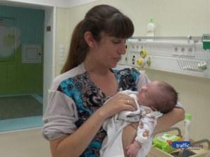 Вярвайте в Бог и в лекарите, чудесата се случват, убедена е Деси, която се прибира у дома с малката си дъщеричка