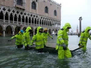 Водата започва да се отдръпва от Венеция, жертвите на наводнението вече са две