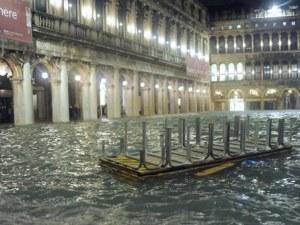 Италия продължава да бедства: Нова вълна застрашава Венеция, торнадо връхлетя Тоскана