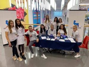 Млади лекари превърнаха пловдивски мол в клиника