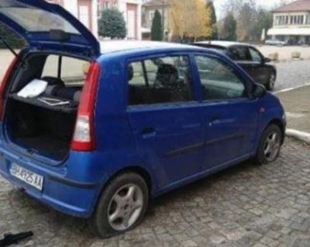 Потрошен автобус и нарязани гуми на политици във Видин