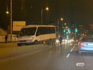 Пътнически микробус самокатастрофира на столичен булевард