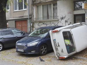 Разярен шофьор обърна кола, за да може да паркира пред дома си