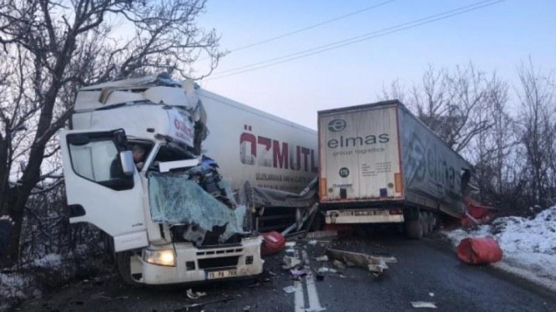 Два тира се блъснаха и запушиха пътя от Плевен за София