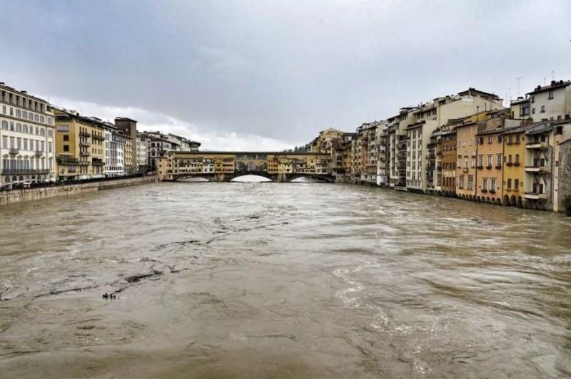 Един от най-прочутите мостове скоро под вода? Бедствено във Флоренция и Пиза