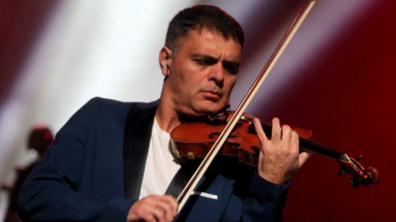 Васко Василев разкрива магията на музиката пред малчугани в София