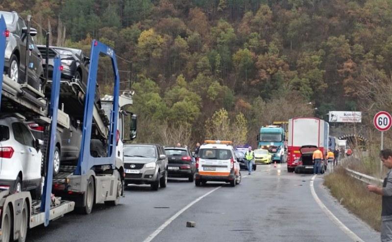 Верижна катастрофа затапи Е-79, жена е пострадала