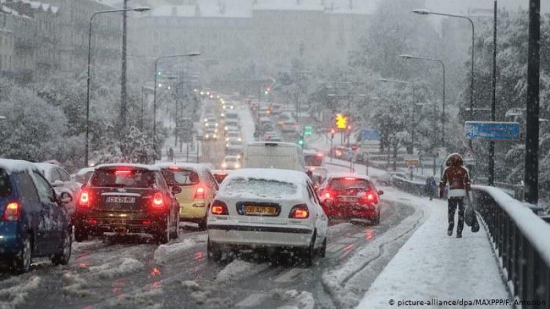 Продължава снежната блокада във Франция!15 000 домакинства останаха без ток