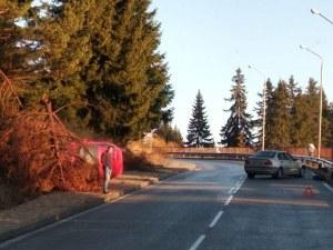 Катастрофа в Пампорово, кола се обърна край пътя