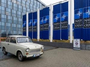 Трабантът на Паси паркира пред централата на НАТО