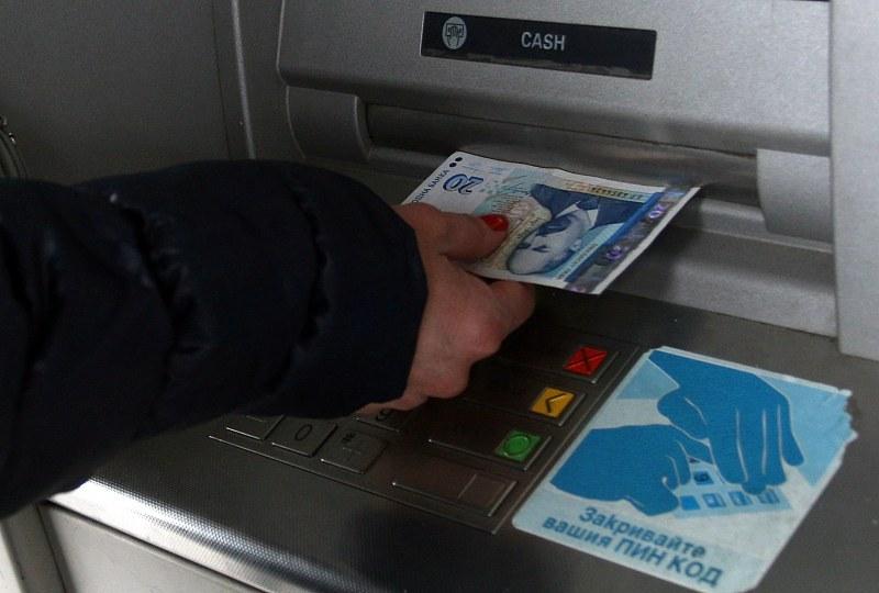 Банките ни изненадват с нови такси, проверете си сметките