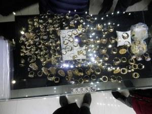 Удар на полицията! Конфискуваха над 2 килограма злато без произход, имитирали световни марки