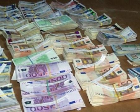Митничари откриха контрабандна валута за близо 60 000 лв. в куфара на пътник