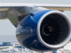 Двигател на пътнически самолет се подпали в движение