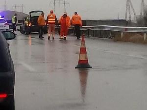 Кола се заби в мантинелата на изхода на София към АМ