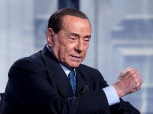 Приеха Берлускони в болница, паднал на конгреса на ЕНП в Загреб