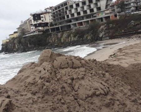 Пясъчната дига на плажа в Созопол е почти премахната
