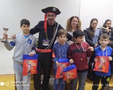 Пиратът Джак Спароу награди призьорите на шахфестивала