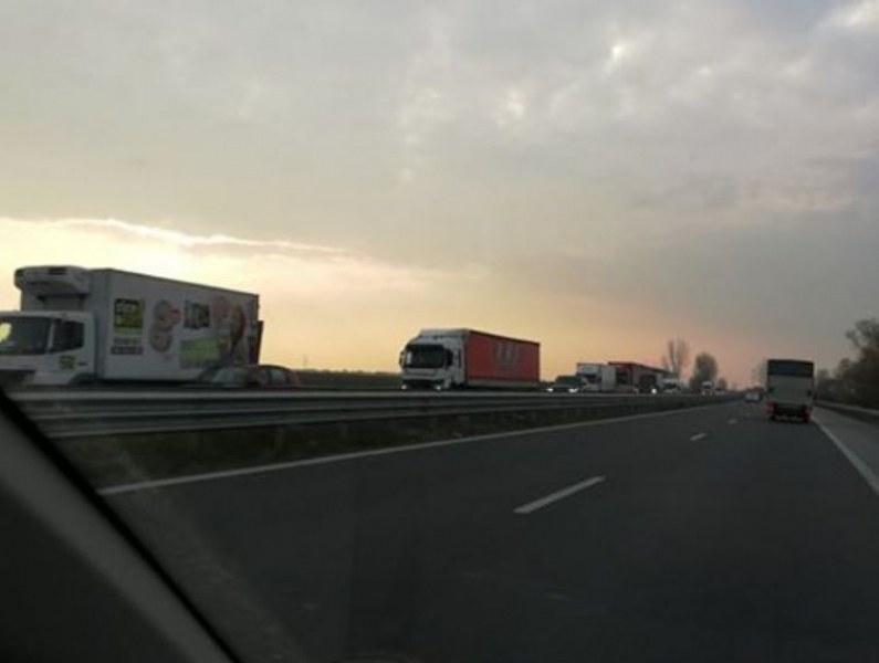 Тир се обърна на главния път край Дупница, гориво заля платното