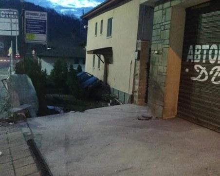 18-годишен се заби в двора на къща в Смолян