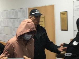 Психиатърът Инна Бончева дойде с маска в съда, не дава да я снимат