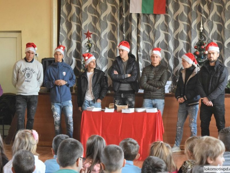 Футболистите на Локо зарадваха ученици за Коледа