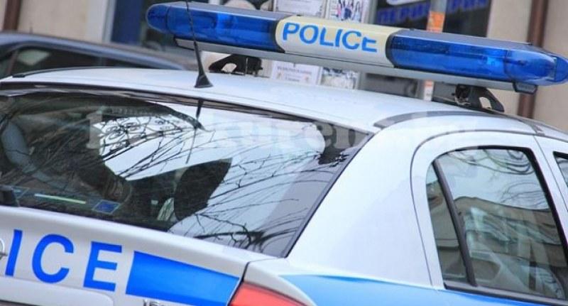 Софийски полицаи разнасят дрога с патрулка
