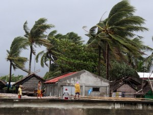 Тайфунът Камури удари Филипините, евакуираха 200 000 души