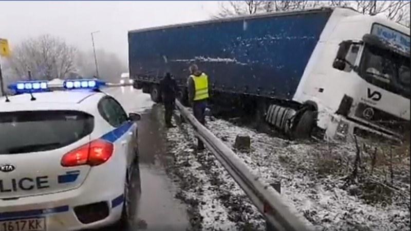 Тир катастрофира край Велико Търново заради снеговалеж