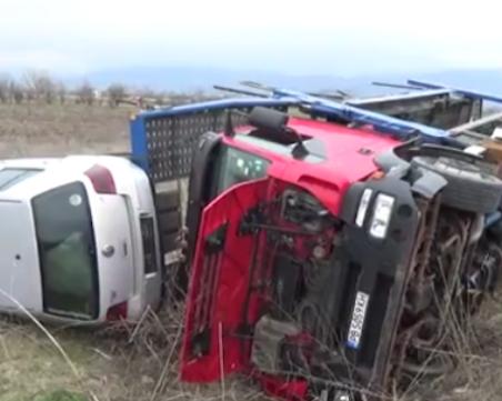 Автовоз се преобърна край Бургас, шофьорът избяга