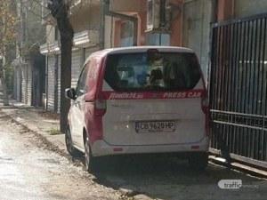 Репортерска кола окупира тротоар в Пловдив, затрудни жена с количка