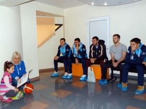 Баскетболистите на Академик Бултекс 99 зарадваха малките пациенти на пловдивска болница