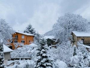 Пловдивско село осъмна под снежен похлупак! Зимата го завладя