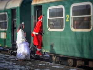 Дядо Коледа и Снежанка пътуват с влак от Септември до Добринище