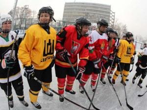 Ледена приказка в столицата! Отборът по хокей откри зимната пързалка