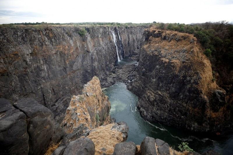 Величественият водопад Виктория почти пресъхна