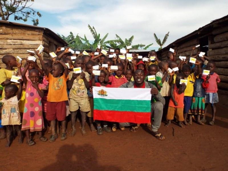 Различните млади: Българин дарява усмивки и храна на нуждаещи се деца в Африка