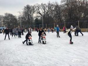 Забавления  на лед -  десетки пловдивчани превзеха ледената пързалка