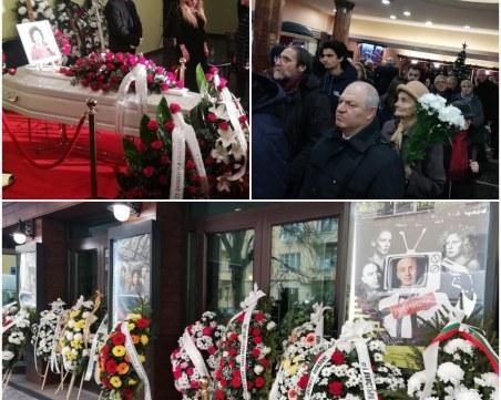 Сълзи, спомени и цветя за Стоянка Мутафова в Сатирата