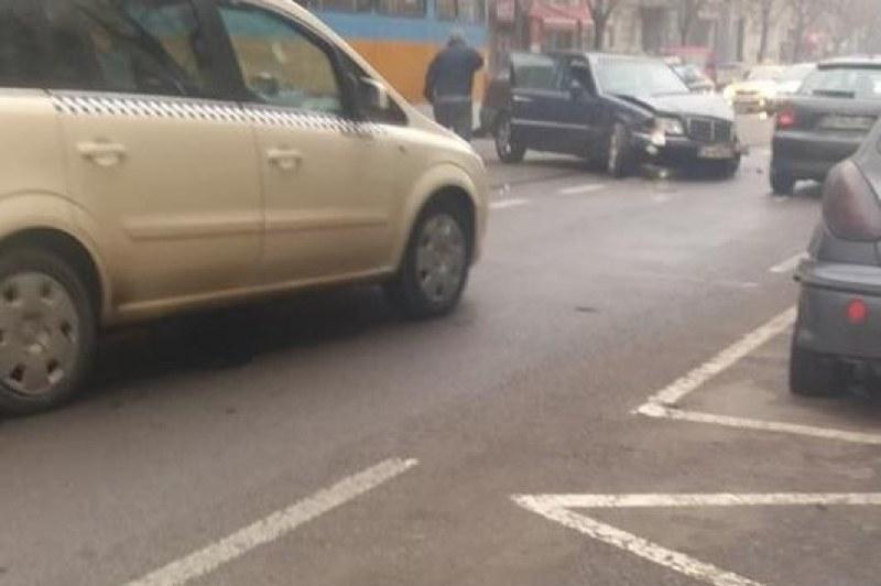 Мерцедес се заби в трамвай до Петте кьошета в София