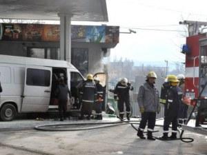 Микробус избухна в пламъци на бензиностанция в Хасково